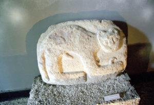 Pieza tallada en piedra en museo arqueologia lima