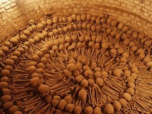 Huesos en catacumbas de Lima