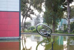 Laguna exterior y escultura del Mac Lima