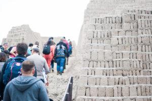 Personas subiendo a piramide de huaca pucllana lima