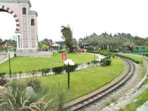 Arco y jardines del parque de la amistad en lima