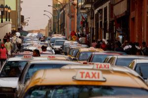 fila de taxis en Lima